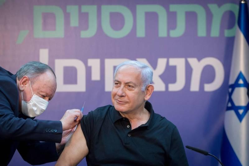 以色列目前施打計畫已擴大對象至35歲以上民眾。圖為以色列總理納坦雅胡接受疫苗注射。(路透)