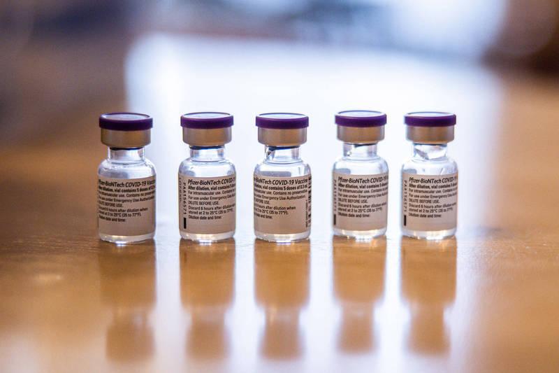 輝瑞與BioNTech今(28)日表示,他們的武漢肺炎疫苗可有效抵抗在英國和南非出現的變種病毒。(彭博)