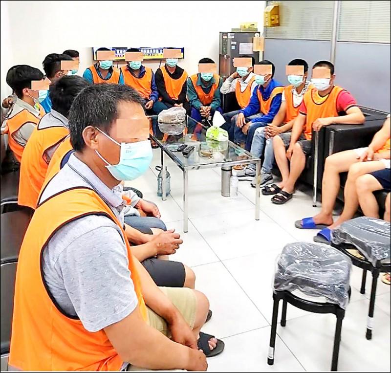 檢警留置被剝削的越南移工。(記者張瑞楨翻攝)