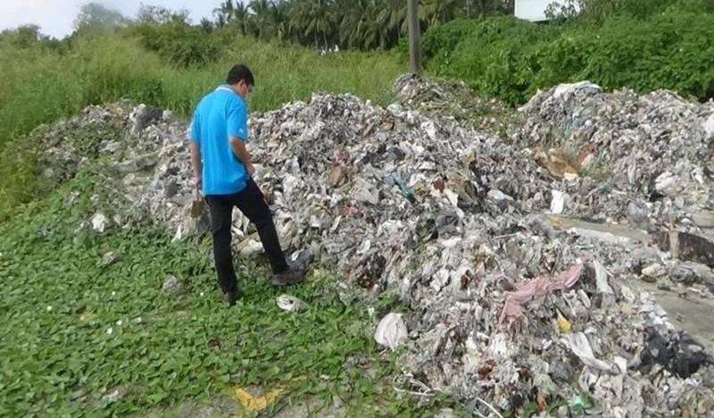 不法業者挑無人看守的私有地,偷倒事業廢棄物。(記者蔡清華翻攝)