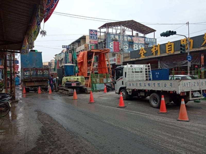 東港中正路施工頻封路,商家叫苦連天。(讀者提供)
