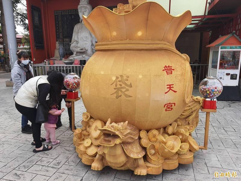 新竹市普天宮今年有展示各種花燈,包括最吸睛的關公鋼鐵人和財源聚寶袋花燈等花燈,更有扭蛋可供小朋友玩,吸引大小朋友喜愛。(記者洪美秀攝)