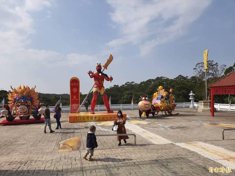 新竹市普天宮新製作的關公鋼鐵人花燈超吸睛,已有很多人來拍照,都說很有創意。(記者洪美秀攝)