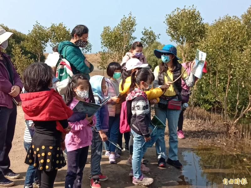 蘇曼麗(右)依繪本故事,帶領學童進入水母湖生態世界。(記者洪臣宏攝)