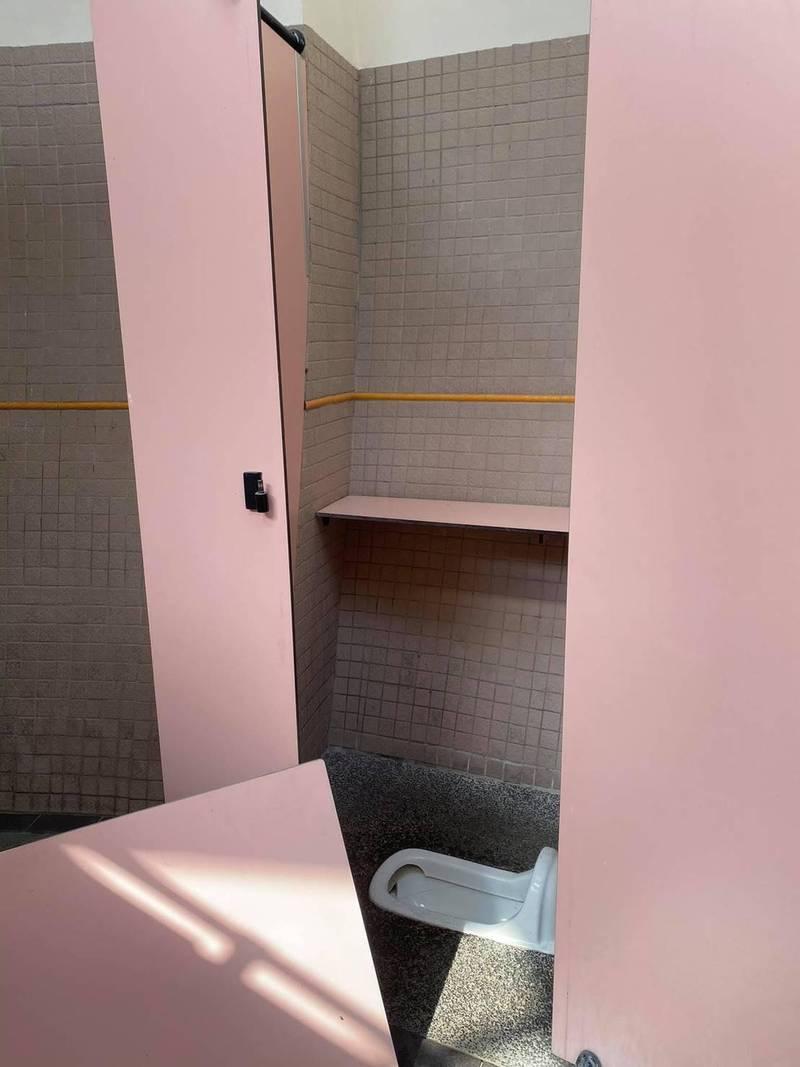 東勢客家文化園區廁所門板被拆。(台中市府客委會提供)