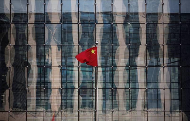 又有中企吃癟,同一天被東歐國家立陶宛、烏克蘭分別喊禁及制裁。圖為北京街頭中國五星旗。(路透檔案照)