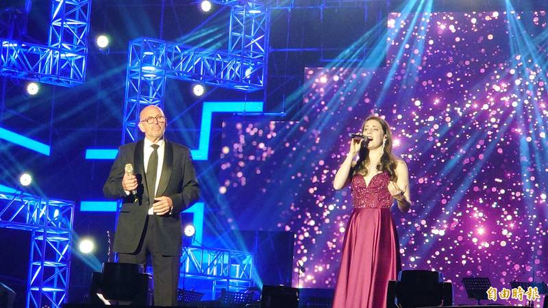 荷蘭冠軍美聲歌手馬丁賀肯斯、英國古典跨界流行音樂歌手李美潔(Mary-Jess Leaverland)在台南跨年晚會的美妙合唱。(記者洪瑞琴攝)