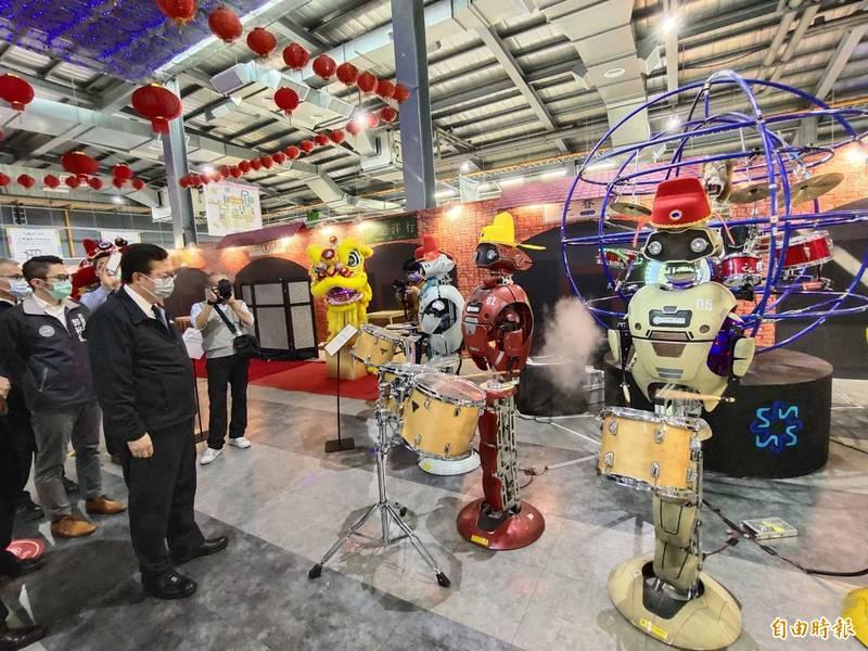 桃園市長鄭文燦參觀祥儀機器人夢工廠,了解各項防疫情況。(記者謝武雄攝)