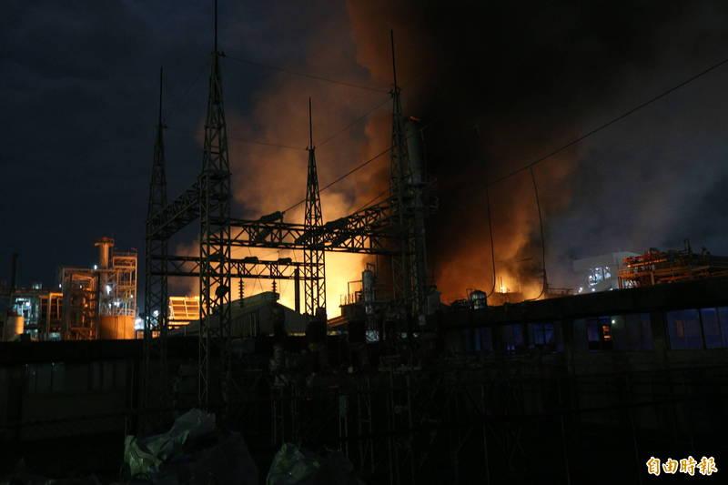 聯成化工林園廠爆炸起火,火勢已獲控制。(記者張忠義攝)