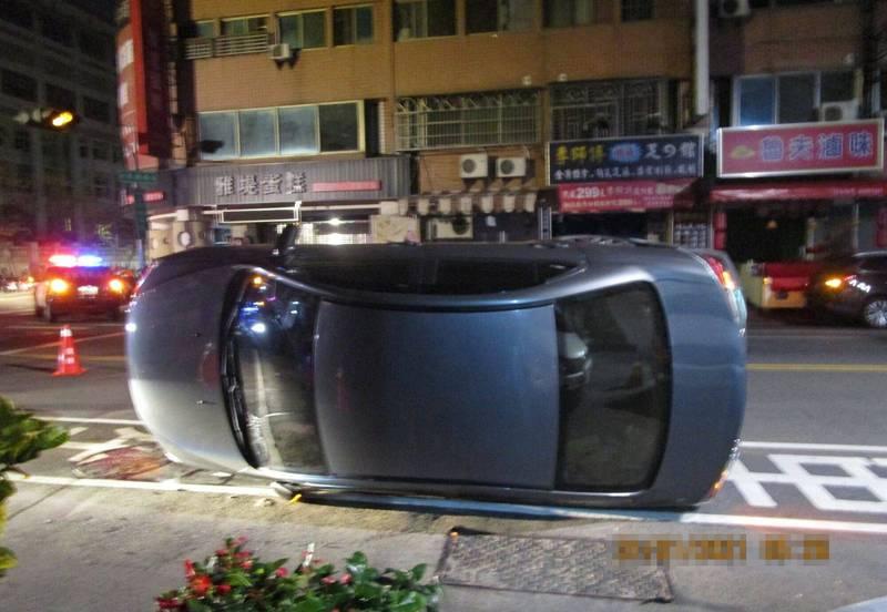 台中陳姓男子駕駛自小客車今天凌晨行經大里被撞翻車,所幸無大礙。(記者陳建志翻攝)