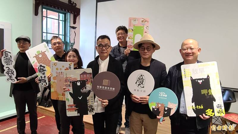 文創品牌「灣A麻吉」與設計師林國慶攜手推出具有台灣味的聯名悠遊卡。(記者劉婉君攝)