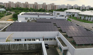 鳳山溪污水處理廠頂樓太陽光電發電。(記者陳文嬋翻攝)