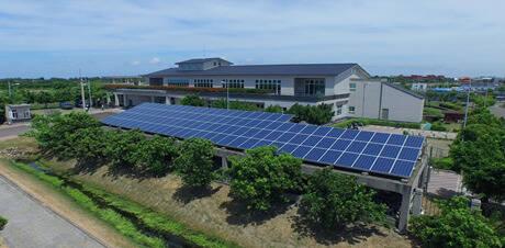 楠梓污水處理廠頂樓太陽光電發電。(記者陳文嬋翻攝)