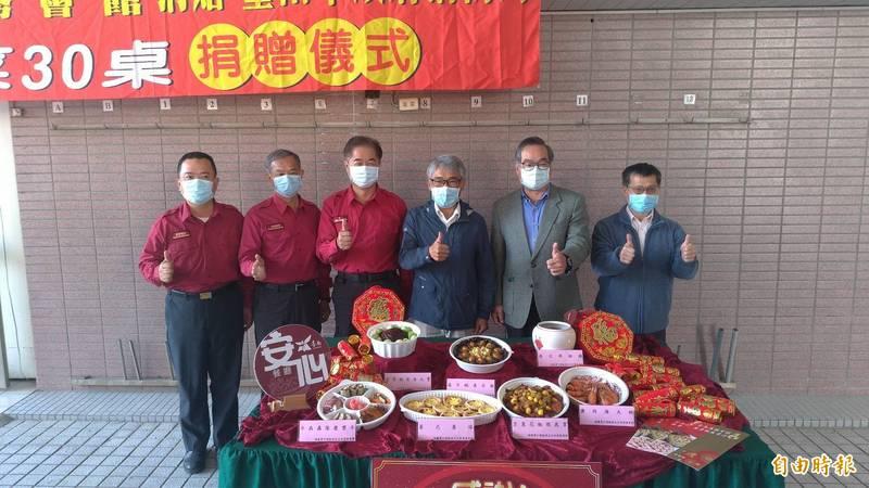 台南商務會館董事長謝文祥(右三)捐出30桌年菜慰勞打火兄弟。(記者王俊忠攝)
