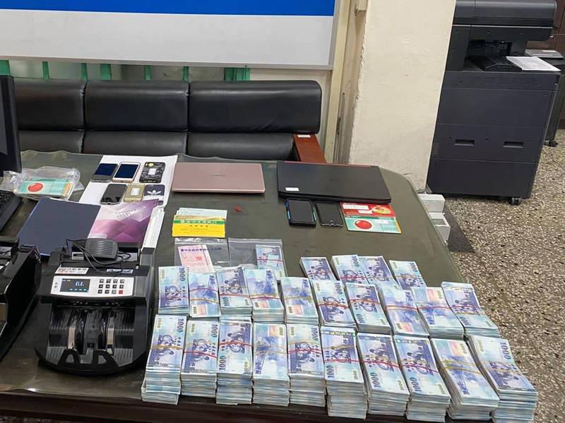 台中市警方查扣點鈔機及大量現金等贓證物。(記者許國楨翻攝)