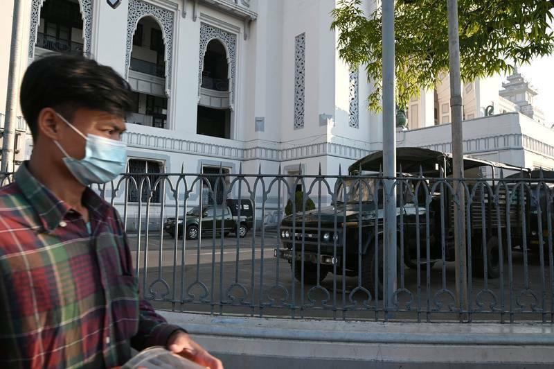 緬甸爆發軍事政變,軍車進入仰光市政廳。(路透)