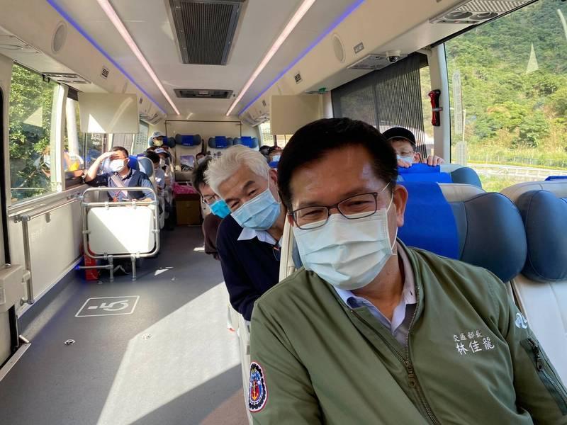 蘇花改將在春節連假開放大客車行駛路肩,交通部長林佳龍今天試乘。(記者江志雄翻攝)