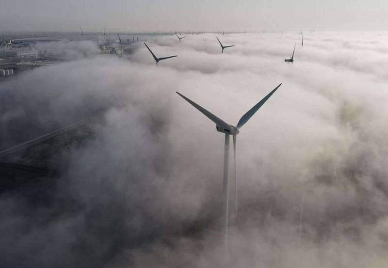 蔡嘉陽在彰濱工業區利用空拍機拍攝到沿岸巨型風機埋在海霧中,<b><a href=