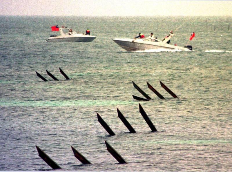 台灣海巡署巡防艇在東沙島海域巡邏。(路透檔案照)
