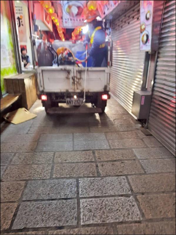清潔隊緊急於九份老街和阿妹茶樓街道消毒。(記者陳心瑜翻攝)