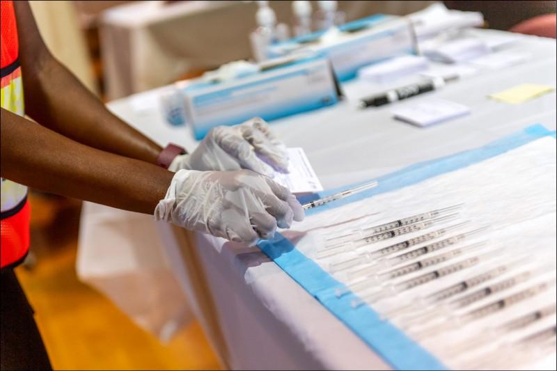 南非變異病毒更加強勢,專家憂心疫苗阻擋不了。(彭博)