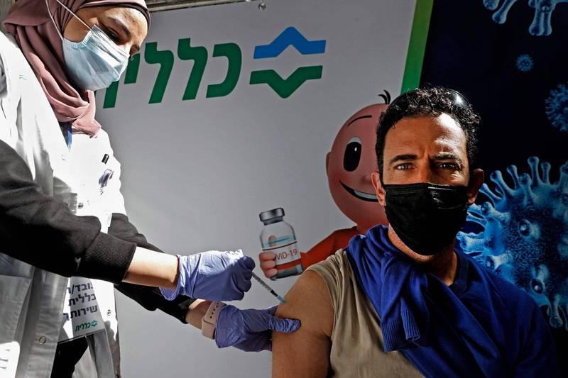 法新社彙整,截至台灣時間1日晚間7時,全球至少222萬7605人死於武漢肺炎,至少1億287萬8810例確診。圖為以色列一處武漢肺炎疫苗接種中心。(法新社)