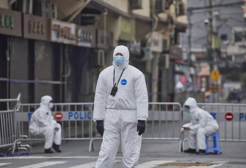 中國國內外專家認為,中國當局眼紅台紐的成功防疫,因此在疫情期間小動作頻頻。圖為中國上海的安全人員。(歐新社)