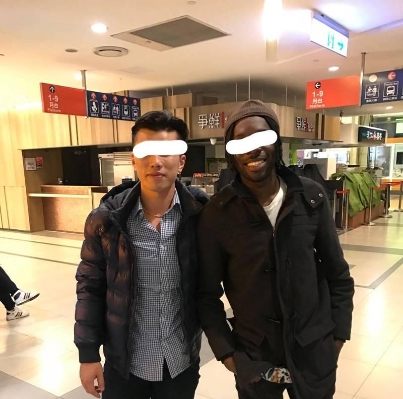 PO文的網友(左)和非裔友人(右)合影,他說,非裔朋友來台灣已十多年,國語及台語都能溝通。(圖擷取自臉書爆怨2公社)