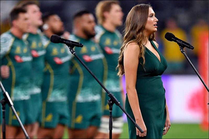 澳洲女歌手福斯(Olivia Fox)以原住民語唱出澳洲國歌。(歐新社)