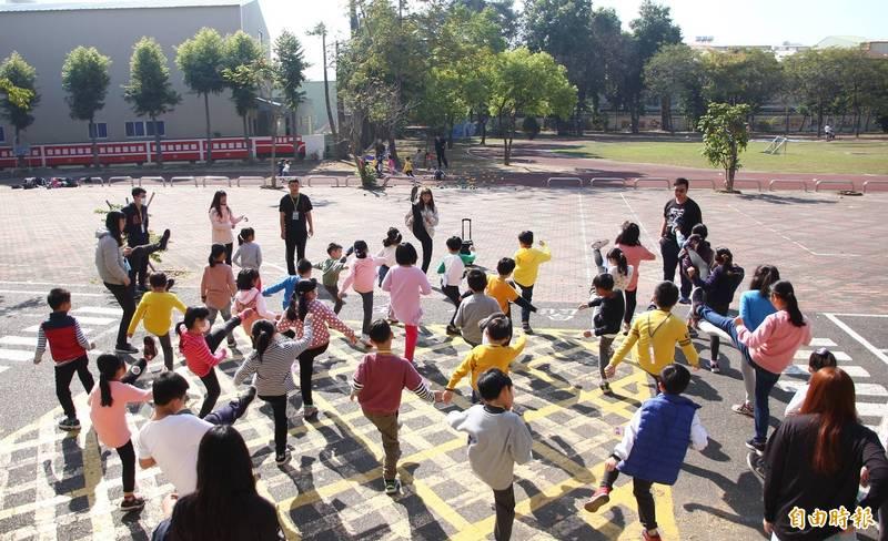 吳姿忞在營隊中指導學生練跆拳道。(記者林宜樟攝)
