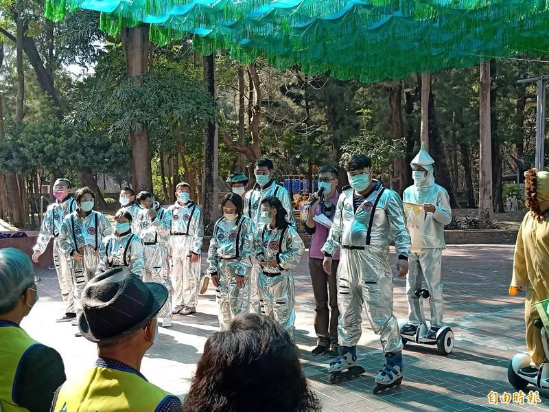 瑞復去年首度組成「3+1CRPD社團」,今天於捐贈儀式中特地帶來「心~綠野仙蹤」舞蹈表演。(記者王姝琇攝)