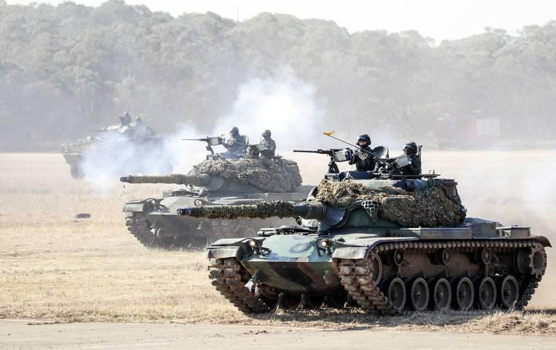 最新調查發現,美國大多數外交政策領袖和專業人士,支持在中國入侵台灣時出動美軍保衛台灣。圖為中華民國陸軍的CM-11勇虎式戰車上月在新竹湖口演習。(彭博檔案照)