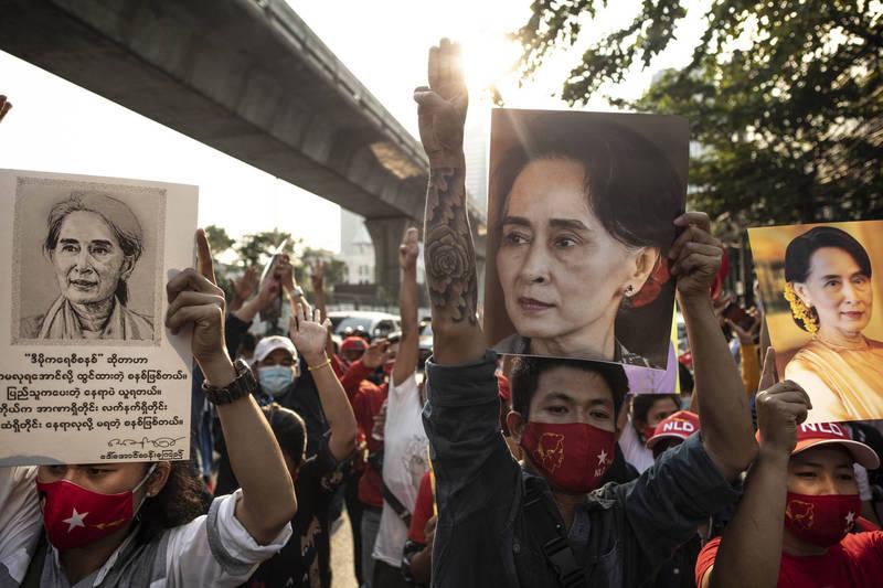 緬甸民選政府1日遭到軍方發動政變,國務資政翁山蘇姬等政府領袖遭拘捕,示威者在緬甸駐曼谷大使館外舉起翁山蘇姬的照片抗議。(彭博)