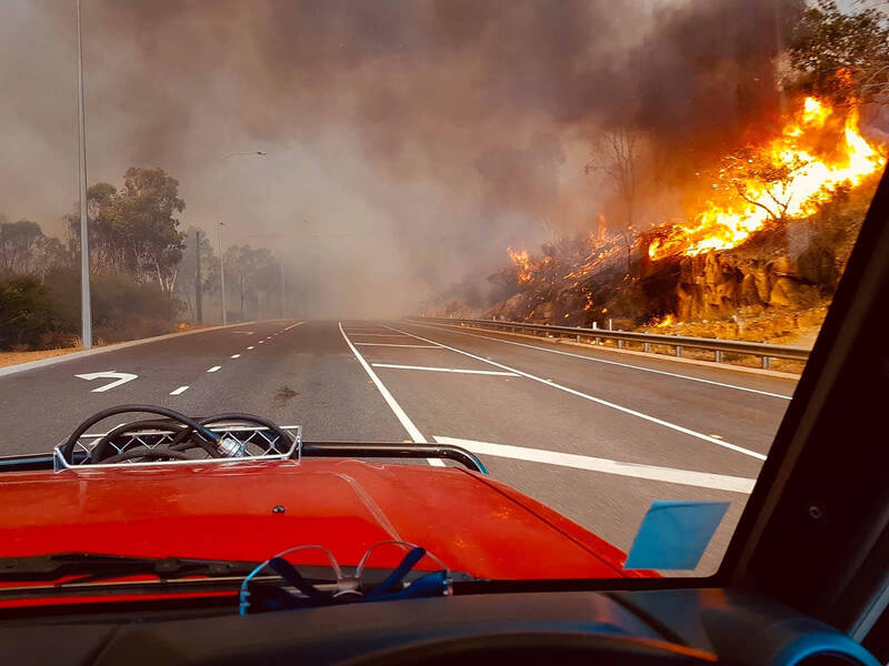 澳洲伯斯東北部郊區爆發一場森林野火,火勢在炎熱大風天氣下蔓延,消防部門官員表示,目前野火範圍達7000公頃。(美聯社)