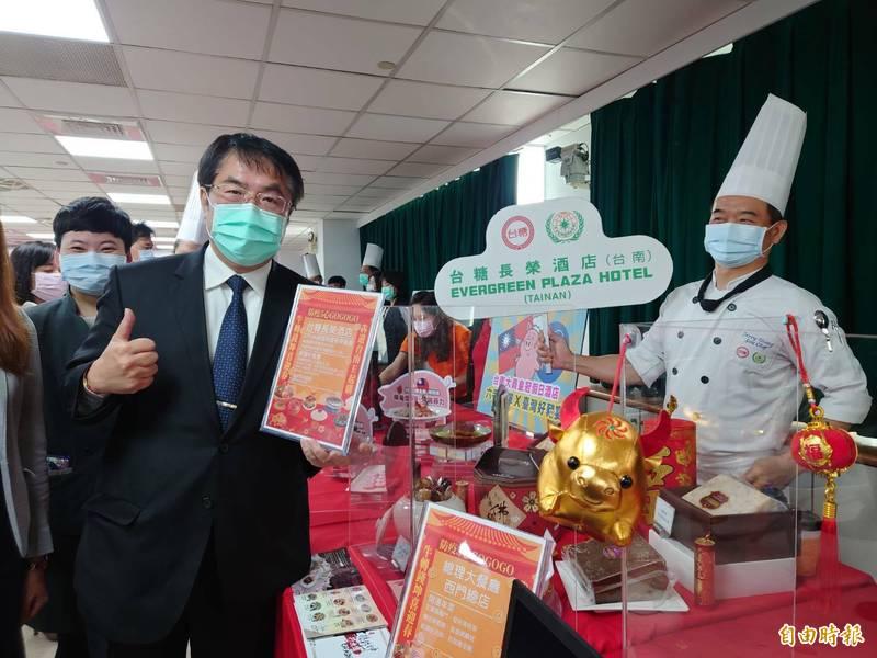 台南市長黃偉哲今天為春節線上採辦年貨、外帶年菜、喝春酒活動網站大力宣傳。(記者洪瑞琴攝)
