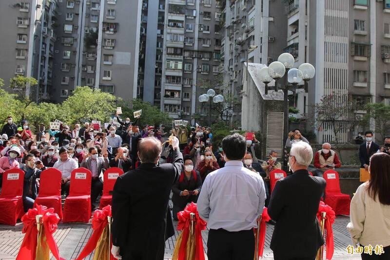 台北市新隆國宅社區今天舉行都更簽約記者會,由三圓建設擔任實施者,但多名一樓住戶因不滿三圓建設調降權利變換分配比例,現場持標語怒吼抗議。(記者鄭名翔攝)