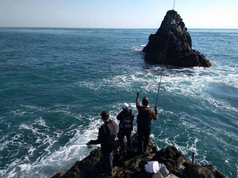 磯釣驚險刺激,不過也潛藏風險,經常會遇上無法預期的大浪,安全格外重要。圖為基隆市基隆嶼。(資料照,基隆市政府提供)