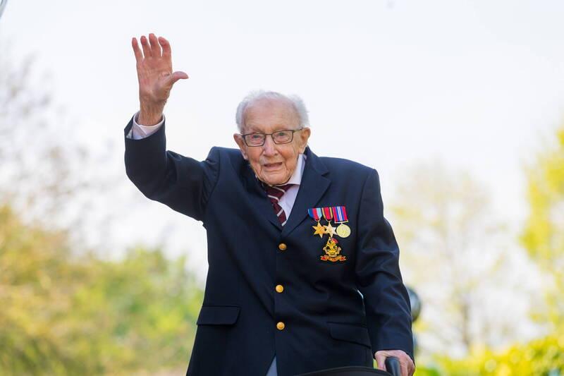 英國百歲二戰老兵摩爾(見圖)上週確診武漢肺炎,週二不敵病魔離世。(歐新社)