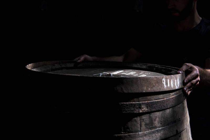 巴西有個11歲男童被家人上鏈囚禁在陽台的鐵桶內,時間長達一個月,為了活下去,他甚至吃掉自己的糞便,被救出體重只有約26公斤。示意圖。(彭博)