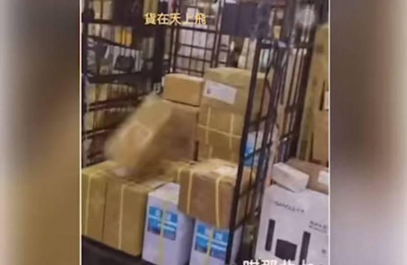 一名男子拿起貨物往籠車中丟。(圖取自臉書社團「爆料公社(官方粉專專屬)」)