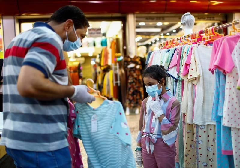 網購的衣服難免有誤差,一名網友發文抱怨,商家標示可以穿到3XL,穿起來卻跟灌香腸一樣。(示意圖,路透)