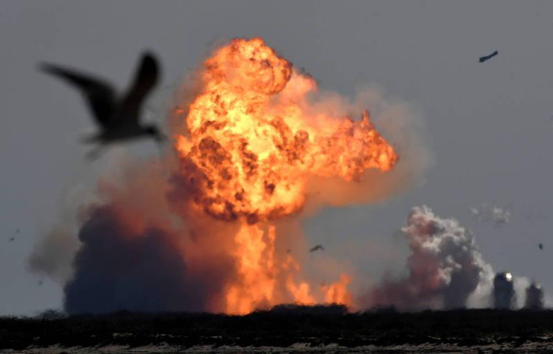星艦原型艦SN9墜地爆炸。(路透)