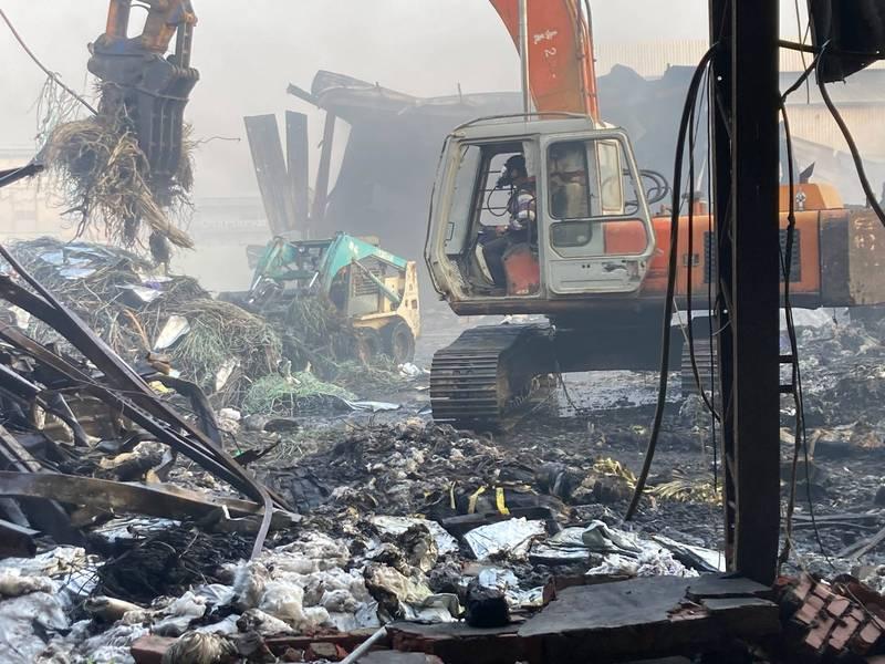 嘉義市一間工廠堆放大量塑膠物品,昨火警雖熄滅,警、義消仍投入近300人,處理殘火到今天上午。(記者王善嬿翻攝)
