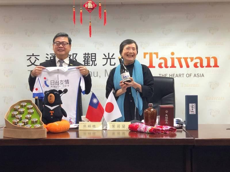 台日舉辦今年第一次視訊觀光會談,交通部觀光局長張錫聰(左)與台灣觀光協會會長葉菊蘭準備許多台灣紀念品贈日方。(觀光局提供)