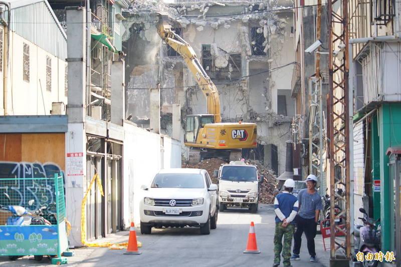 無視市府都發局勒令停工,天外天4日拆除工作從一早持續到中午。(記者何宗翰攝)