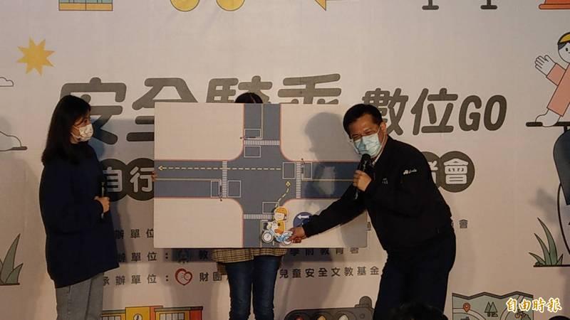 交通部長林佳龍(右)說明路上騎乘時如何正確待轉。(記者鄭瑋奇攝)