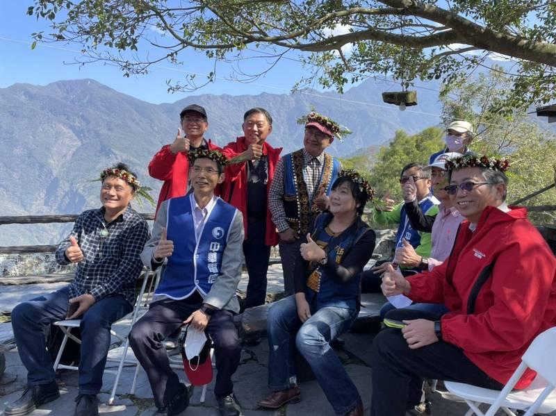 立委伍麗華(前排左三)等人今天在舊筏灣部落啟用基地台。(圖由立委伍麗華辦公室提供)