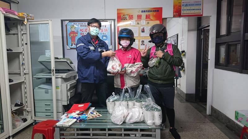 foodpanda嘉義外送員集資1萬元,送雞排跟飲料,慰勞嘉義市消防隊消防員。(翻攝嘉義市消防局德安分隊臉書)