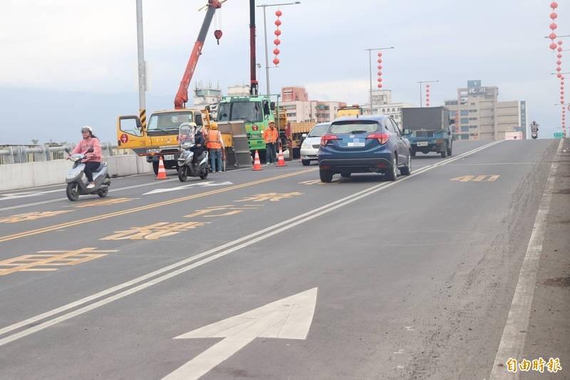 宜蘭橋是雙白實線,不能變換車道,引發民眾抱怨。(記者林敬倫攝)