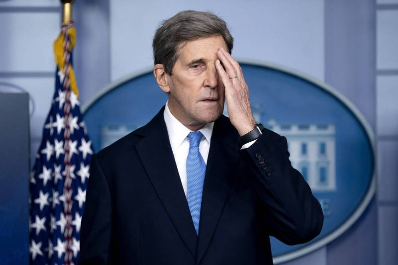 美國現任總統氣候特使凱瑞近日遭《福斯新聞》報導2019年搭乘私人飛機前往冰島領取氣候獎項,引來多位共和黨人批評,圖為凱瑞。(歐新社)